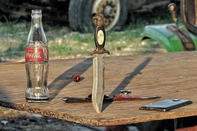 Nůž s vyřezávanou rukojetí