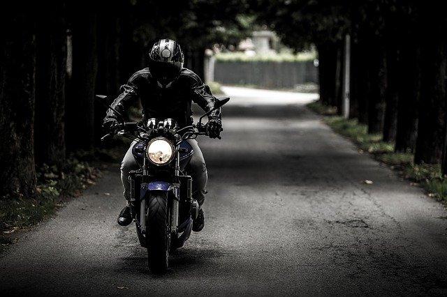 černý motorkář