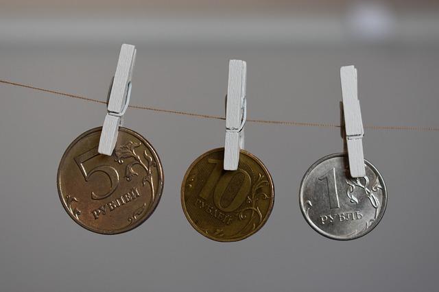 mince na šňůře, kolíčky na prádlo
